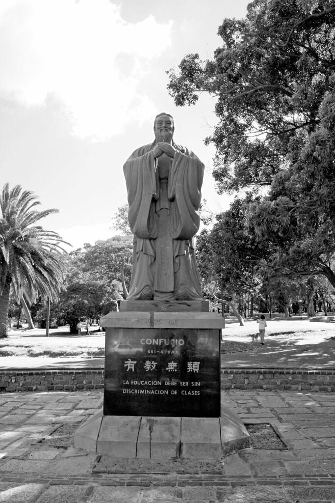 ¡Llenemos el país de estatuas!