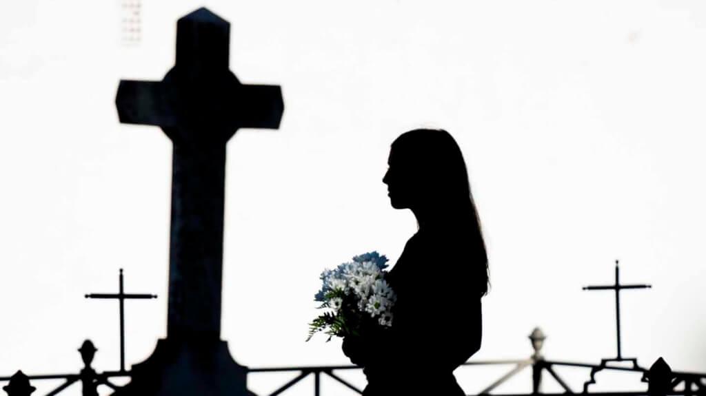 La muerte y nosotros por  Isabel Viana